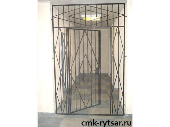 декоративная металлическая решетка над дверью